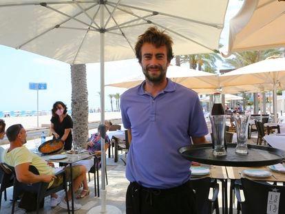 Pablo Buigues, encargado del restaurante Qué Rico, en la terraza de su restaurante en la playa de San Juan (Alicante), a finales de julio.