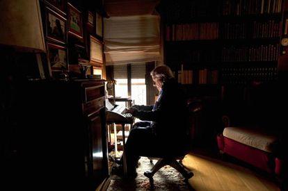 El novelista Francisco González Ledesma, ante la máquina de escribir en su domicilio de Barcelona en abril de 2010.