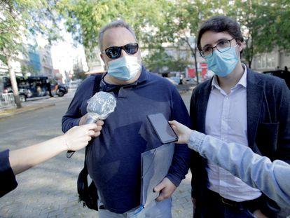 Carlos Babío y Manuel López Lorenzo, de izquierda a derecha, autores del libro 'Meirás: un pazo, un caudillo, un espolio', a su llegada al juzgado de A Coruña esta mañana.