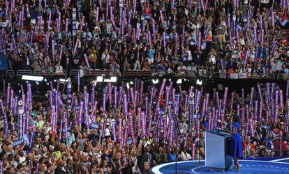 Los delegados demócratas escuchan a la primera dama.