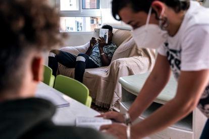 Una de las educadoras sociales ayuda a una de los menores en un taller de alfabetización en un piso tutelado de Valencia.