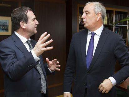 Abel Caballero (izquierda) y Pachi Vázquez, ayer en el despacho del alcalde de Vigo.