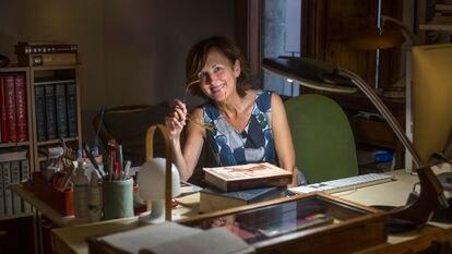 Anne-Hélène Suárez, en la mesa de trabajo de su casa, en Barcelona.