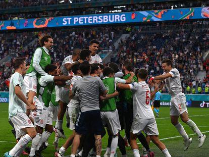 Loa jugadores de la Selección española celebran en San Petersburgo la victoria ante Suiza que les da el pase a la semifinal de la Eurocopa.