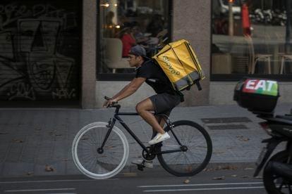 Un 'rider' circula por el centro de Barcelona, este miércoles.