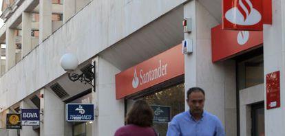 Imágenes de bancos y cajas de ahorros en en Pozuelo de Alarcón (Madrid).