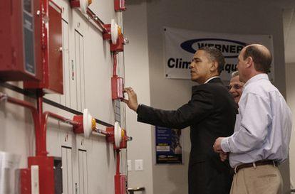 Barack Obama manipula una alarma anti-incendios durante una demostración de seguridad en la Hermandad Internacional de Electricistas en Lanham (Maryland)