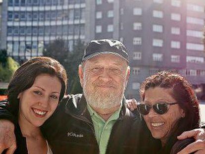 Lucía Mundstock, a la izquierda, con sus padres: Marcos Mundstock y Laura Glezer, fotografiados en Oviedo en 2015. FEDE SERRA