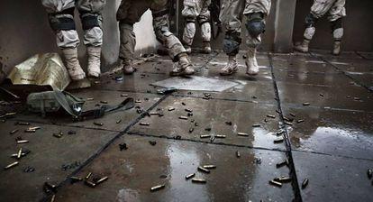 Soldados estadounidenses tras recuperar Faluya (Irak) en 2004.
