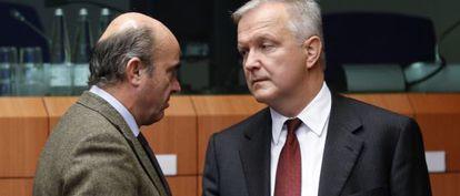 El ministro de Economía, Luis de Guindos, charla con el comisario europeo de Asuntos Económicos, Olli Rehn.