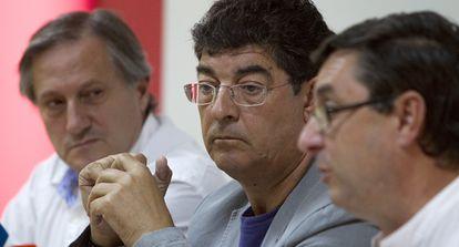 Diego Valderas (en el centro), con los dirigentes de IU Willy Meyer y José Luis Centella (derecha).