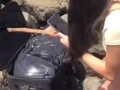 Unos jóvenes encuentran una maleta con restos humanos en una playa de Seattle (EE UU).