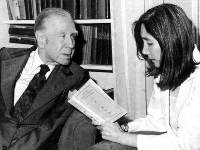 Jorge Luis Borges escucha a María Kodama leyéndole un libro.