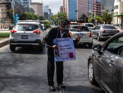 Tras 10 meses sin empleo debido a la pandemia, personas de la tercera edad salen a las Avenidas principales de la Ciudad de México para pedir un apoyo. ANDREA MURCIA /CUARTOSCURO.COM