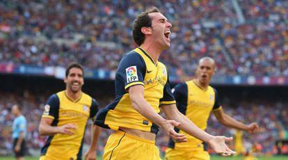 Godín celebra su gol ante Raúl García y Miranda.