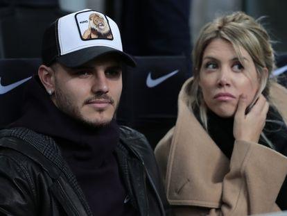 Mauro Icardi y Wanda Nara presencian un partido en Milán, en febrero de 2019.