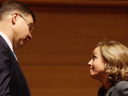 La vicepresidenta Nadia Calviño, conversando con el vicepresidente de la Comisión Europea, Valdis Dombrovskis, en una cumbre de 2018.