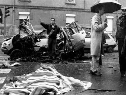 El cadáver del comandante Cortizo, cubierto por una manta, junto al coche destrozado por una bomba lapa de ETA.