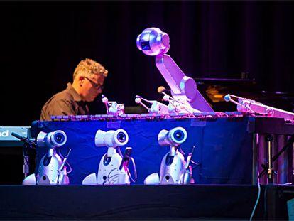El robot músico Shimon, durante una actuación.