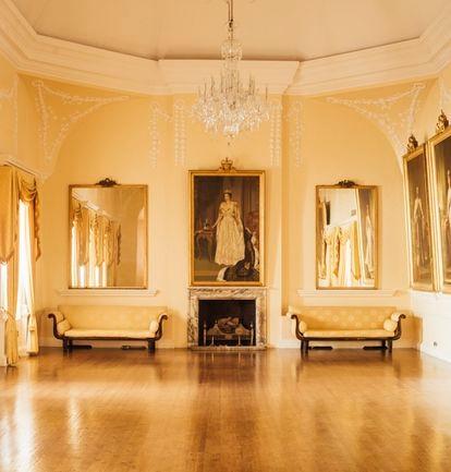 The Convent ha sido la residencia oficial del gobernador britanico de Gibraltar desde 1728. Aquí vive el actual representante de la reina, el vicealmirante Sir David Steel. En la imagen, el salón de banquetes, decorado con retratos de la actual soberana y sus antepasados directos.