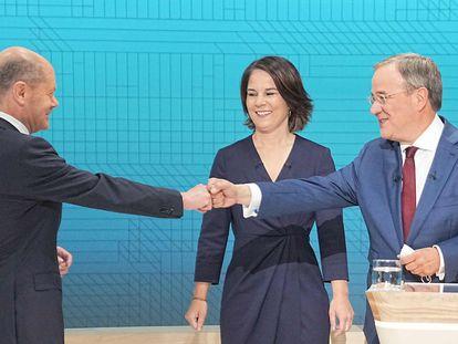 Olaf Scholz (izquierda), Annalena Baerbock y Armin Laschet se saludan antes del segundo debate electoral, el domingo por la noche, en la televisión pública.
