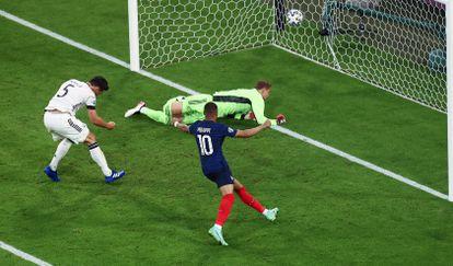 El alemán Hummels marca el 0-1 en propia meta mientras Mbappé celebra el tanto.