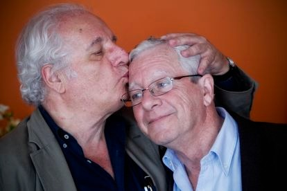 Javier Reverte besa a su hermano Jorge Martínez Reverte, en su domicilio en mayo de 2013.