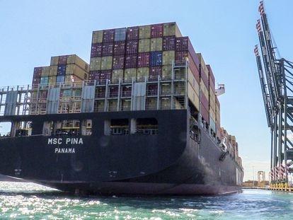 Buque con contenedores en el Puerto de Valencia.