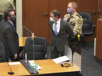 Derek Chauvin es esposado tras ser declarado culpable, el pasado 20 de abril.