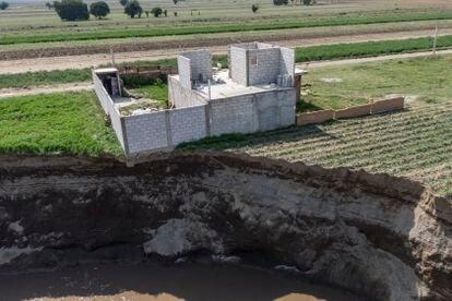 La casa de Magdalena Xalamihua, al borde del abismo dejado por el abismo.