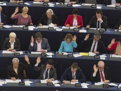 Los eurodiputados votan en una sesión parlamentaria en Estrasburgo. PATRICK SEEGER EFE