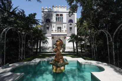 Los 1.100 metros de finca de la Colonia de la Prensa albergan una espectacular vivienda neomudéjar de tres alturas, rematada con almenas y rodeada de fuentes, estanques, esculturas de leones y cedros centenarios.