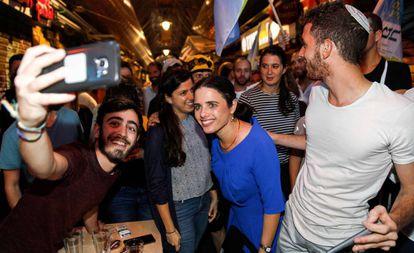 Ayelet Shaked, rodeada de simpatizantes, el 31 de agosto en un mercado de Jerusalén.