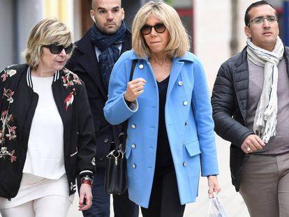 A la izquierda Mimi Marchand junto a la primera dama francesa Brigitte Macron.