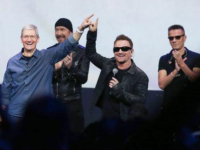 El CEO de Apple Tim Cook (izquierda) y Bono, líder de U2, en la presentación del iPhone 6 en Cupertino.