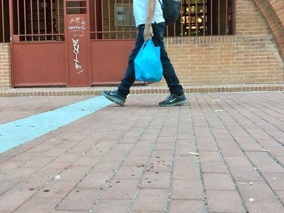Restos de sangre en el lugar en el que ha tenido lugar la reyerta entre clanes, en la calle de Pedro Laborde, en Vallecas.