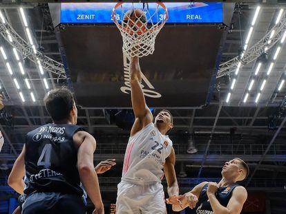 Tavares machaca el aro del Zenit