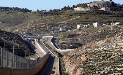 Carretera segregada para israelíes y palestinos en Jerusalén Este.