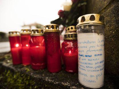 Velas y flores en recuerdo de Diana Quer a la entrada de la nave de asados (Rrianxo) donde el presunto asesino de la joven madrileña, José Enrique Abuin Gey abandono el cuerpo sin vida.