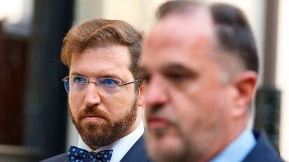 Luis Gordillo (a la izquierda) y el presidente de los populares vascos, Carlos Iturgaiz, el jueves en Vitoria durante la rueda de prensa en la que el primero anunció su marcha al PP.