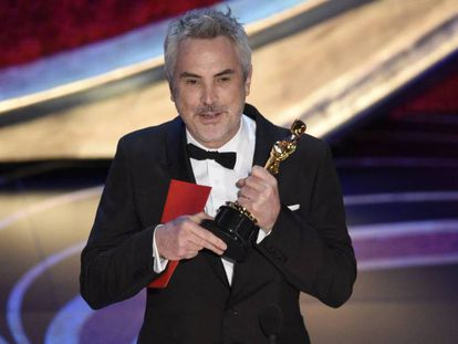 Alfonso Cuarón tras recibir el Oscar a mejor película de habla extranjera. En vídeo,la entrega del premio por Guillermo del Toro y el discurso de Cuarón.