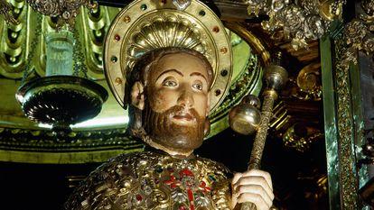Escultura medieval del apóstol en la catedral de Santiago.