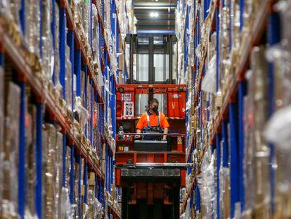Una trabajadora coloca cajas con vacunas en las instalaciones del centro logista Pharma, en Leganés (Madrid).