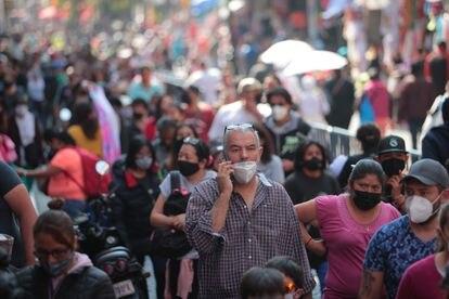 Un hombre llama por su celular en el centro de Ciudad de México, en diciembre del año pasado.