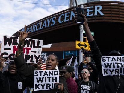 Protestas contra la obligatoriedad de la vacuna y en solidaridad con Kyrie Irving ante el pabellón de los Brooklyn Nets.
