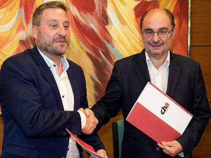 El presidente en funciones de Aragón, y candidato a la investidura, Javier Lambán (d), junto al líder de Chunta Aragonesista, José Luis Soro.