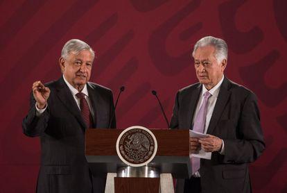 Andrés Manuel López Obrador y Manuel Bartlett durante una conferencia de prensa matutina en agosto.