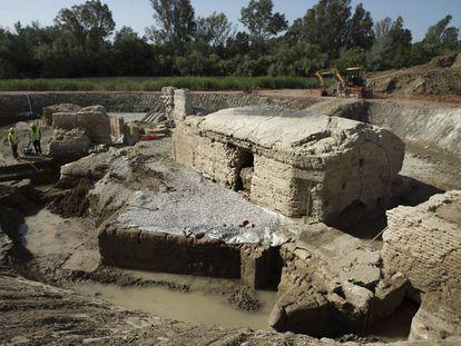 Restos romanos y árabes de una noria encontrados en una obra de adecuación del río Guadalete, en Jerez.