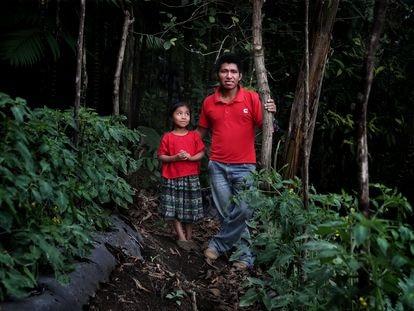 Manuel y su hija Andrea, de seis años, en la huerta de tomates que tienen en las montañas cerca de Tamahú, Guatemala.