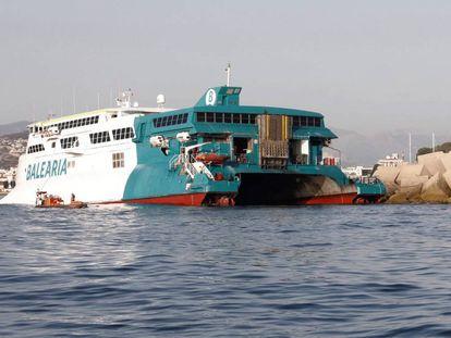 El ferri de Baleària que encalló la pasada noche en la escollera del puerto de Dénia (Alicante).